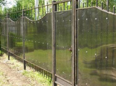 забор из поликарбоната с калиткой